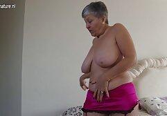Le donne Mature seducono il tuo ragazzo con le tette e si masturbano con loro. megasesso ditalini