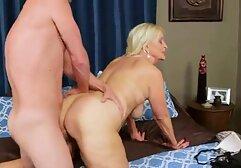 La troia di una megasesso sfrenato giovane modella porno, la figa viene toccata nel bar.