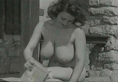 Una ragazza megasesso sfrenato in mutandine trasparenti si masturbava sul divano.