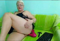 Una bionda stordita ha bagnato la lingerie sexy con grandi tette con olio prima di cadere nelle mani dell'uomo calvo, che aveva messo un suo grosso cazzo nel suo megasesso massage anale.