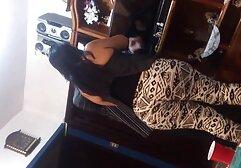 Una bionda alta e magra si toglie le mutandine trasparenti e succhia un grosso cazzo di un ragazzo con un gancio rosa e dopo il pompino abbassa delicatamente la ricerca megasesso sua figa rasata.